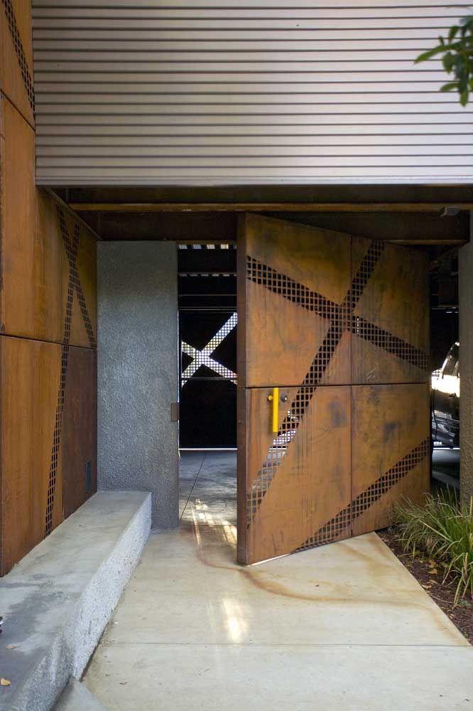 Todo o charme e personalidade do aço corten para a porta de entrada