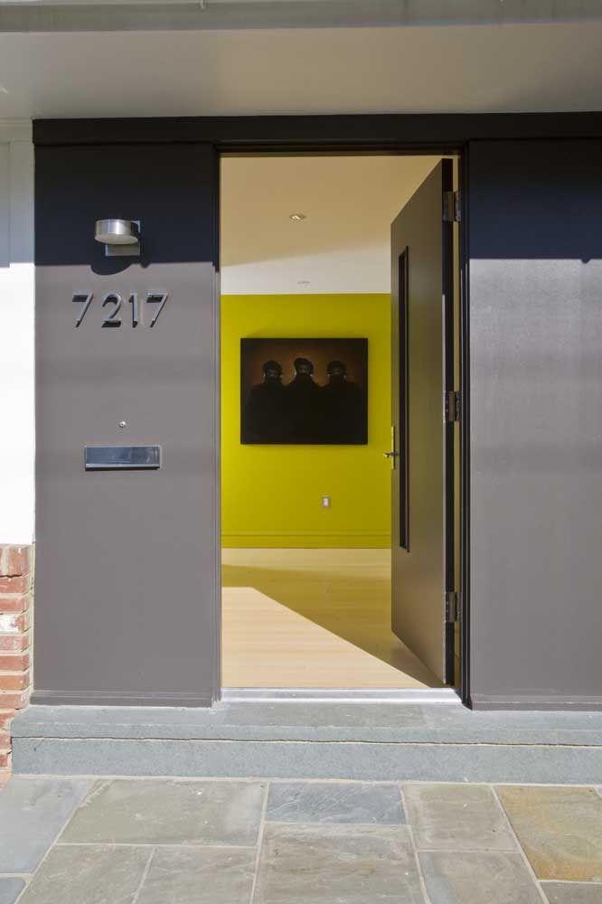 Se bater a duvida sobre qual cor usar na porta, escolha a tonalidade mais próxima da que foi usada na parede