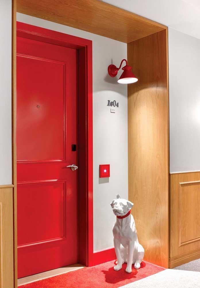 É ousadia que você procura? Então não perca tempo é coloque uma porta vermelha na sua fachada