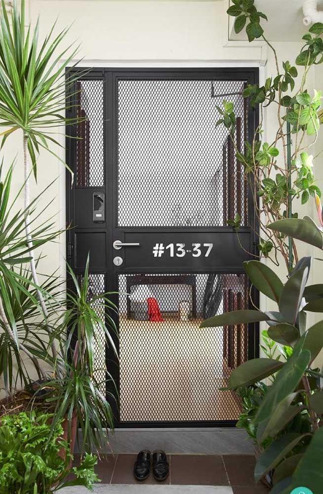 A tela metálica da porta garante a visão total do interior da residência