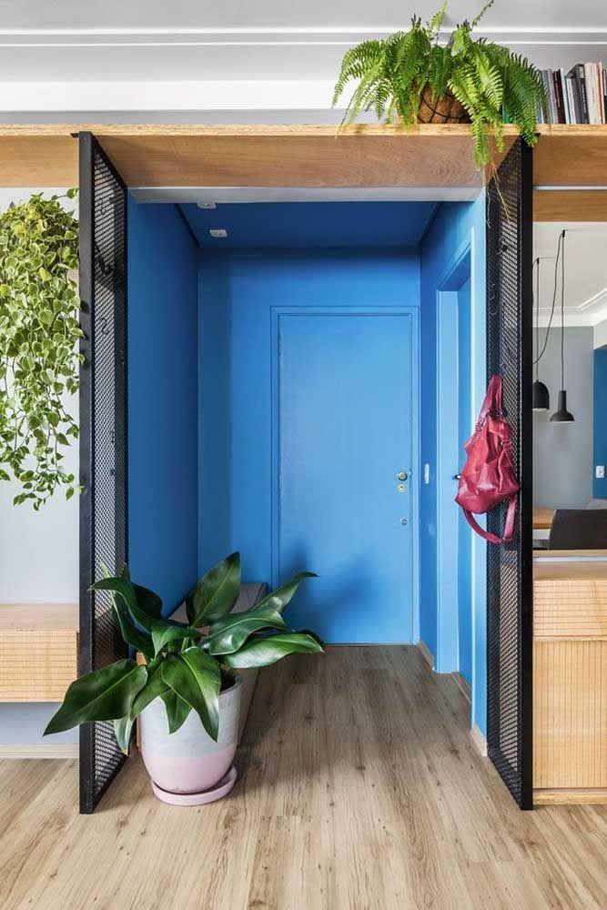 Nesse hall de entrada, o azul colore todas as paredes e a porta
