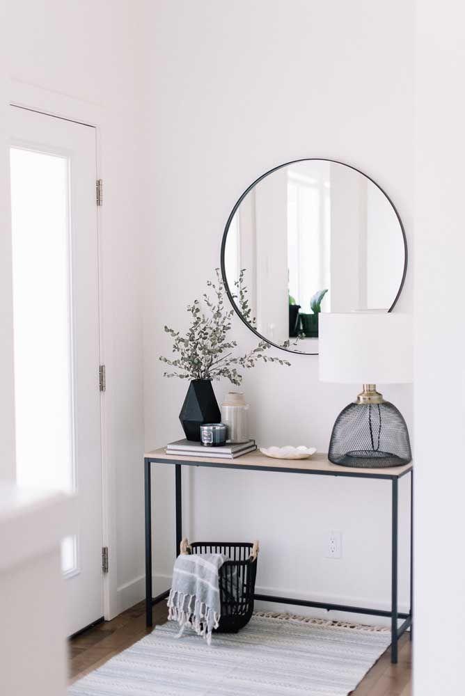 Se você faz questão de ter um aparador com espelho na entrada da casa, a melhor opção é algo mais simples como esse modelo de ferro.