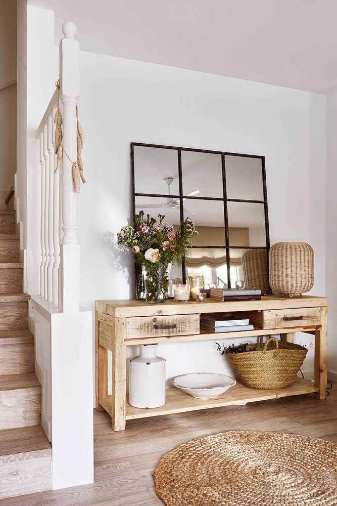Mas se a intenção é combinar com a decoração mais rústica do ambiente, o aparador de madeira é a melhor opção. Você pode dar um toque especial com o espelho quadrado feito de ferro.