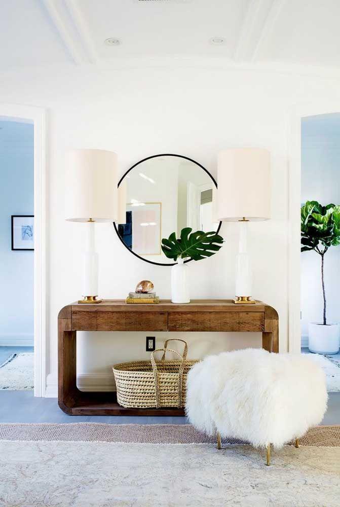 O aparador de madeira consegue se destacar nessa decoração mais clean.