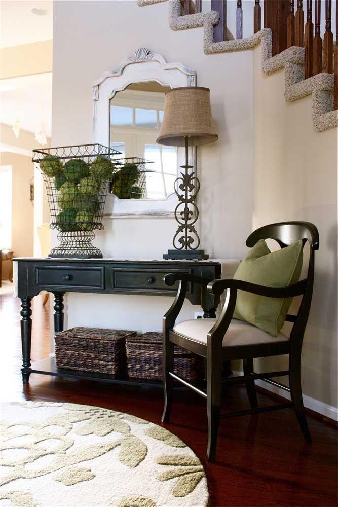 Os modelos mais tradicionais de aparadores, geralmente, são mais escuros e ficam posicionados no corredor da casa. O espelho com a moldura mais clara é perfeita para fazer o contraste da decoração.