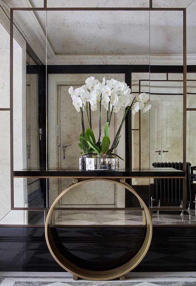 Que tal usar um aparador com design moderno e chamativo para colocar em uma parede feita totalmente de espelho?