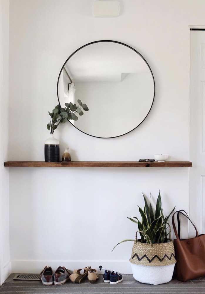Uma prateleira pode servir como aparador. Para isso, basta colocar um espelho na parede que combine com a decoração.