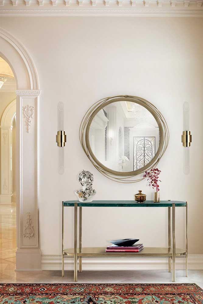 Móveis como aparador com espelho podem ser feitos com diferentes tipos de materiais. O mais importante é que tenha uma combinação entre eles.