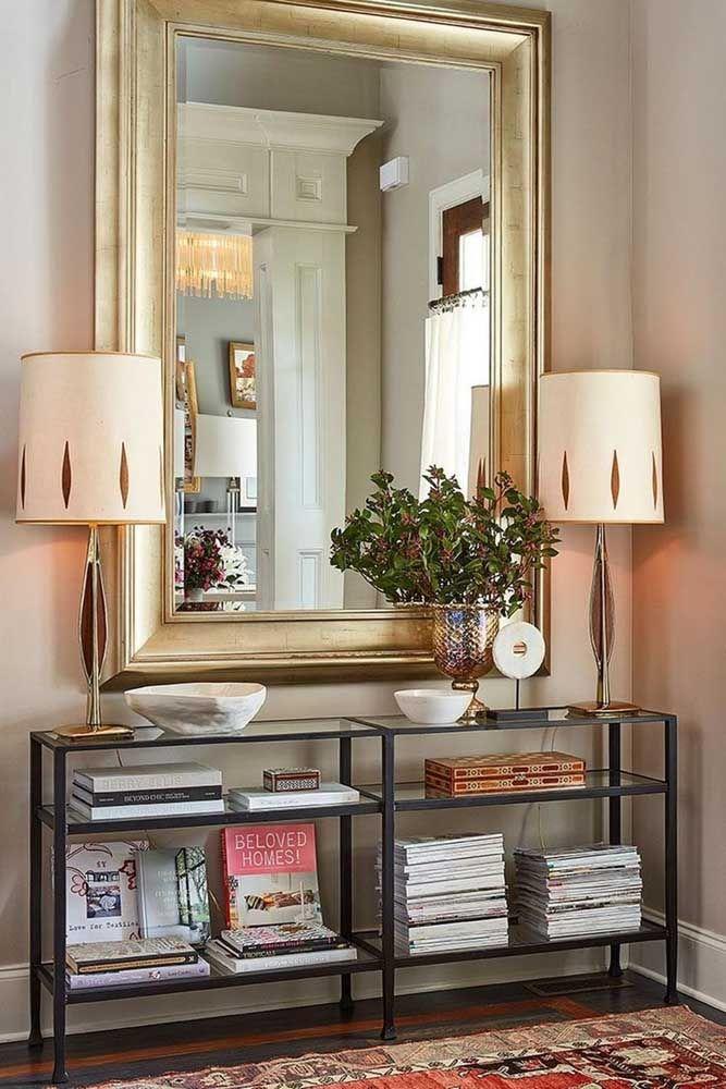 O aparador com espelho pode se transformar em um armário para organizar os livros. Já o espelho pode ser feito com uma moldura mais grossa para chamar bastante atenção.