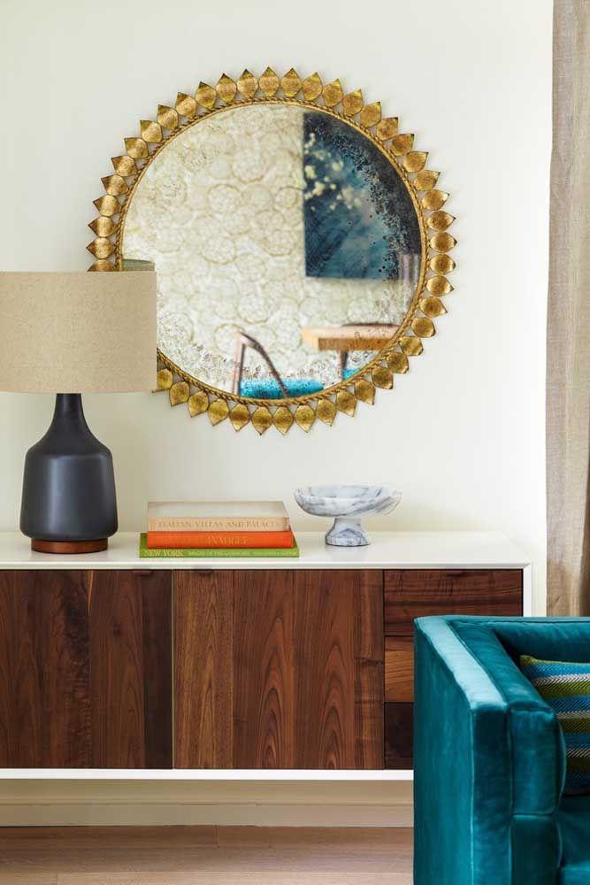 Um aparador simples feito com madeira é perfeito para quem prefere manter um ambiente mais discreto.