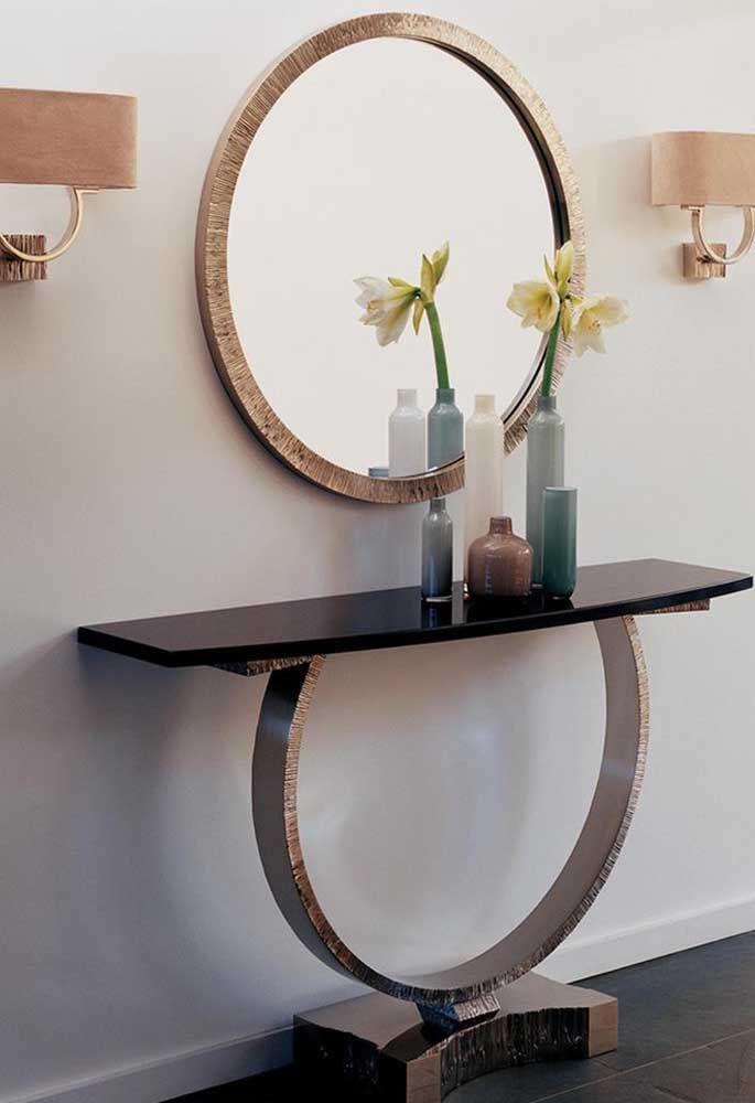 O material usado para fazer o pé do aparador é o mesmo da moldura do espelho. Por isso, a combinação fica incrível!