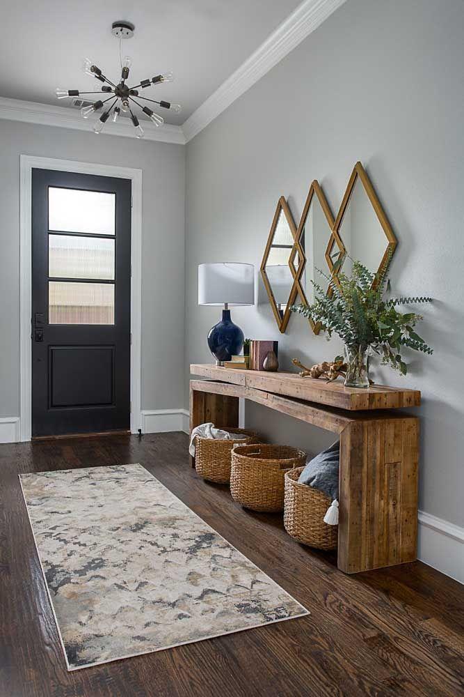 É possível fazer um aparador grande para colocar na entrada da casa. A madeira é o material ideal para isso. Ao invés de usar apenas um espelho, você pode optar por um modelo que pegue uma boa parte da parede.