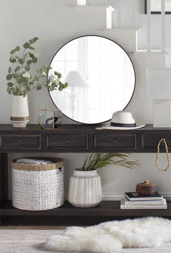 O que acha de usar o cantinho que fica na lateral da escada para colocar o aparador com espelho? Como fica difícil fixar o espelho, você pode pode apenas colocá-lo em cima do aparador