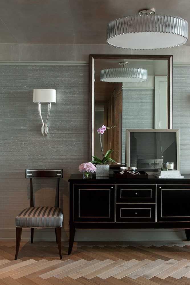 Se você gosta de decorar a casa com móveis mais antigos, pode usar um aparador com design mais retrô. O espelho pode ser algo mais tradicional, mas que chame bastante atenção.