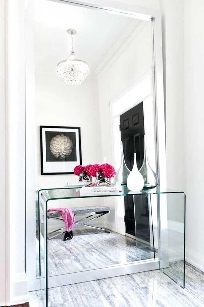 Olha como fica lindo o aparador todo feito de vidro. Ao colocá-lo de frente a um espelho que cobre toda a parede, o espaço fica super clean, elegante e sofisticado.