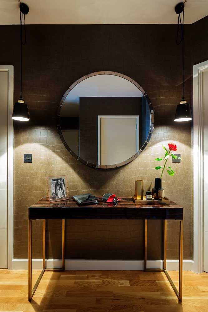 Use um modelo de aparador mais moderno para combinar com a textura da parede, assim como um espelho com moldura diferenciada.