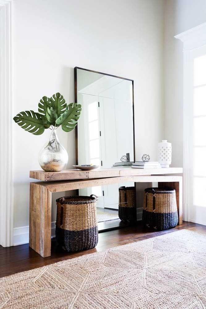 Mais uma vez o modelo de aparador feito de madeira consegue destacar o ambiente da casa.