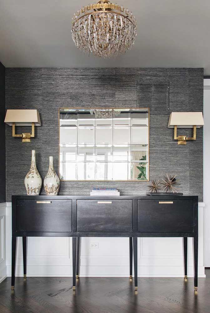 Se você tem uma parede de tamanho mediana, pode usar um aparador que tome conta do espaço. O espelho pode ser menor, já que o detalhe da parede é diferenciado.
