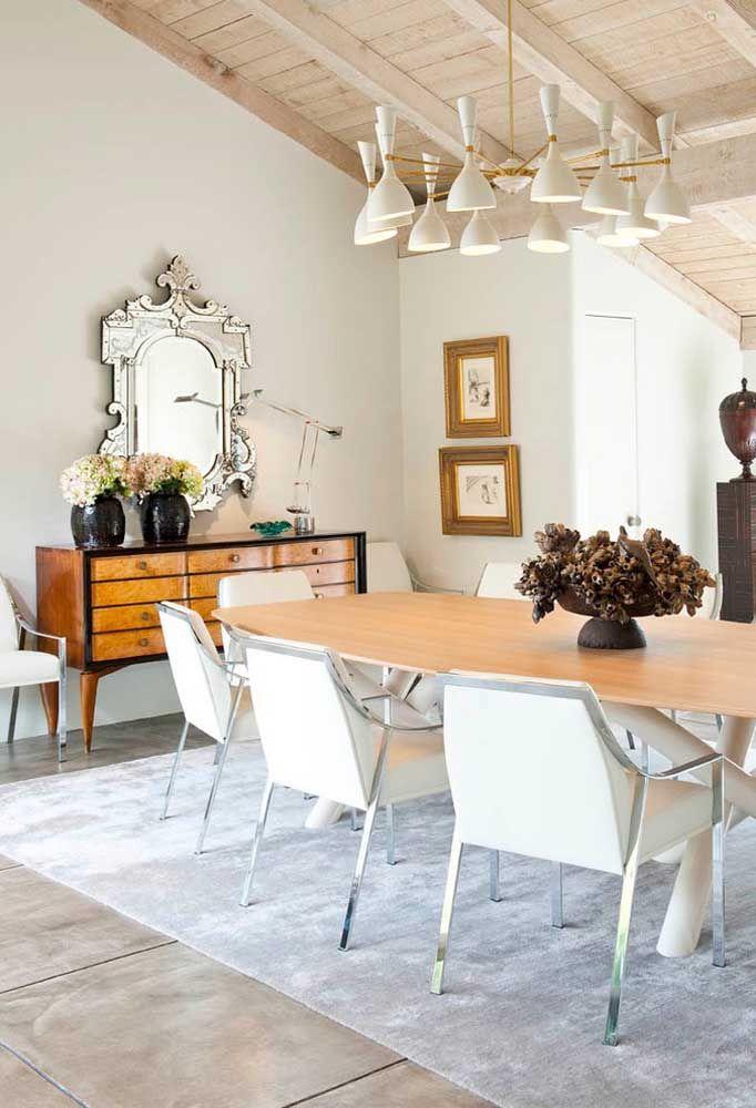 Aproveite móveis antigos para colocar como aparador na sua sala de jantar. O espelho pode seguir um modelo no estilo usado em castelos.