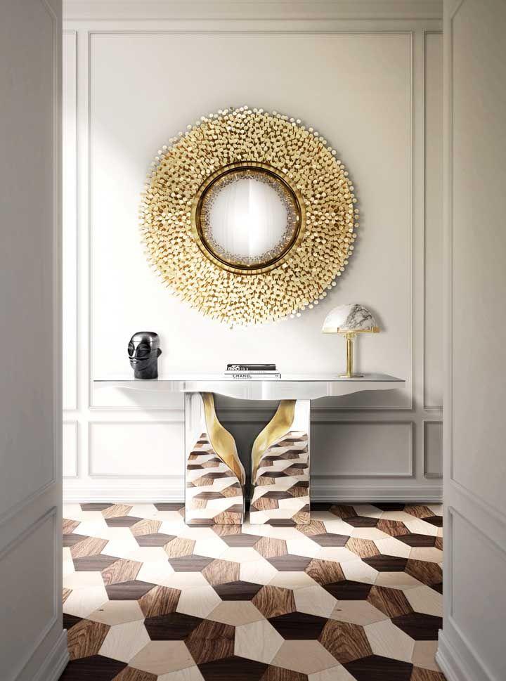 Que tal usar a mesma textura do piso no pé do aparador? Na hora de escolher o espelho, opte por um modelo mais luxuoso.