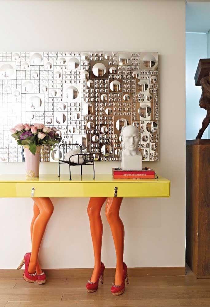 Para as pessoas cheias de personalidade, nada melhor do que brincar com os móveis dentro de casa. É o caso desse modelo de aparador engraçado e divertido.