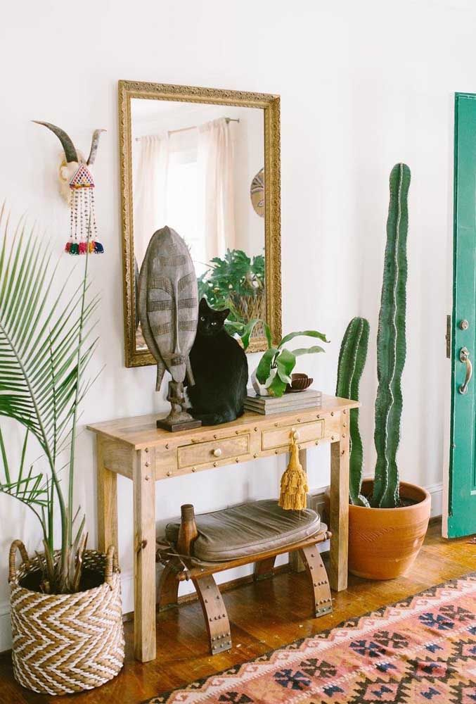 Prepare um cantinho mais rústico usando aparador de madeira e um espelho mais simples.