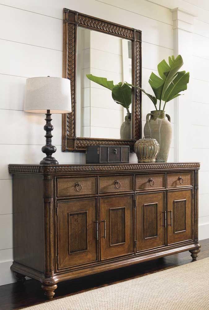 O aparador mais tradicional segue um modelo no estilo armário. A moldura do espelho deve acompanhar o mesmo material usado no aparador.