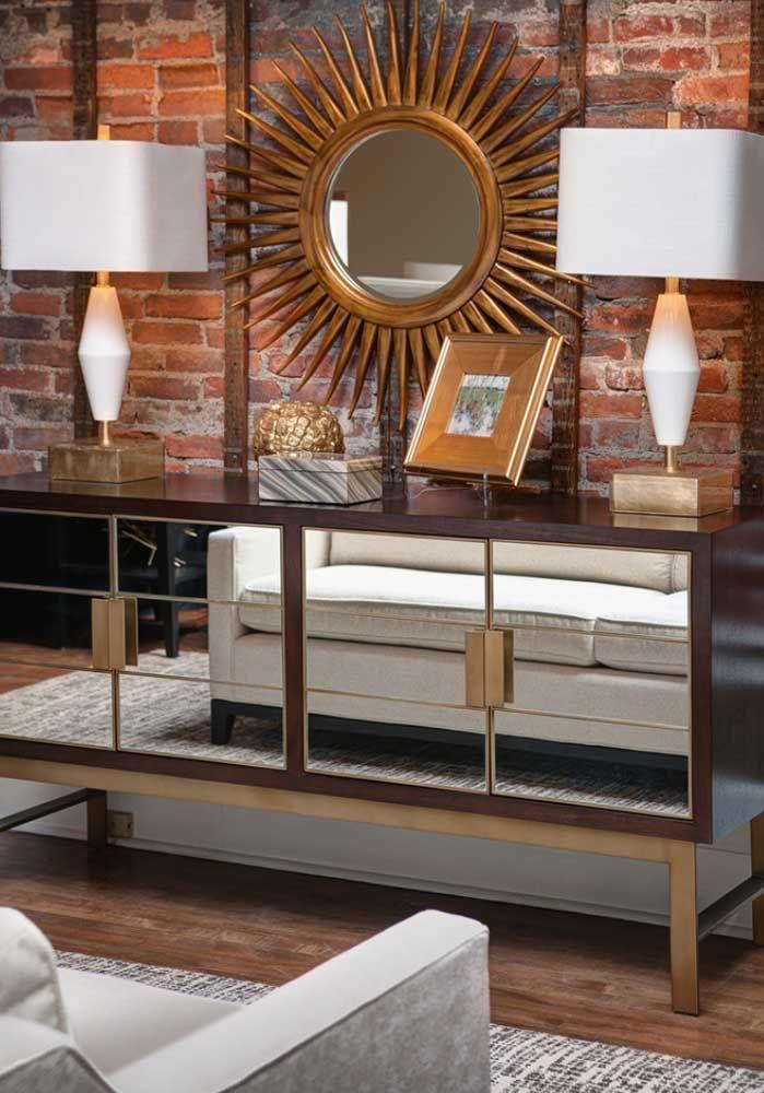 O aparador feito com espelho é uma das principais tendências do momento e deixa qualquer ambiente um luxo só.