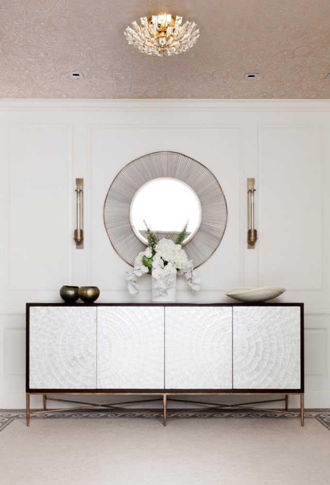 Use e abuse de modelos de aparador no estilo armário. Para diferenciar, você pode usar estilos mais modernos e colocar um espelho que combine com o cenário.