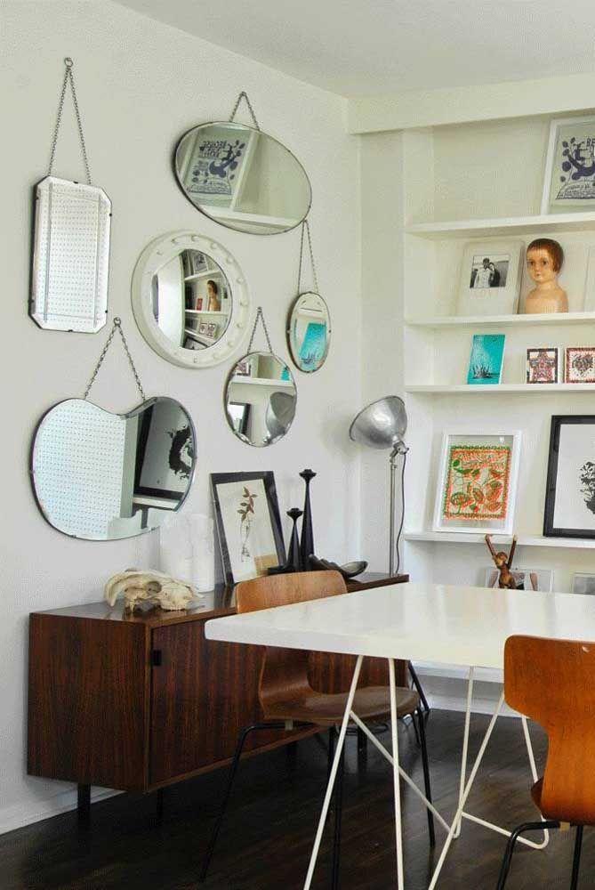 Que tal usar um aparador mais antigo e colocar vários espelhos de modelos e formatos diferentes?