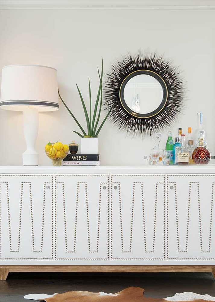 Use um visual mais moderno tanto na escolha do aparador quanto na escolha do espelho.