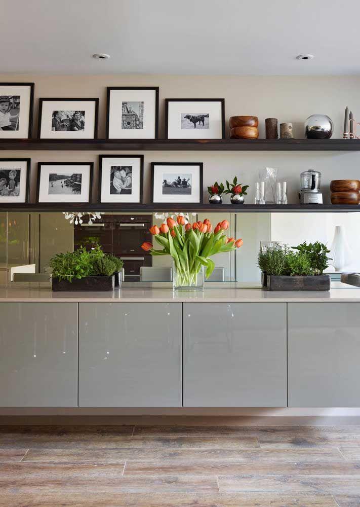 Você pode usar o aparador para colocar os vasos com plantas e um espelho na mesma direção do aparador. Em cima, coloque algumas prateleiras com objetos decorativos.