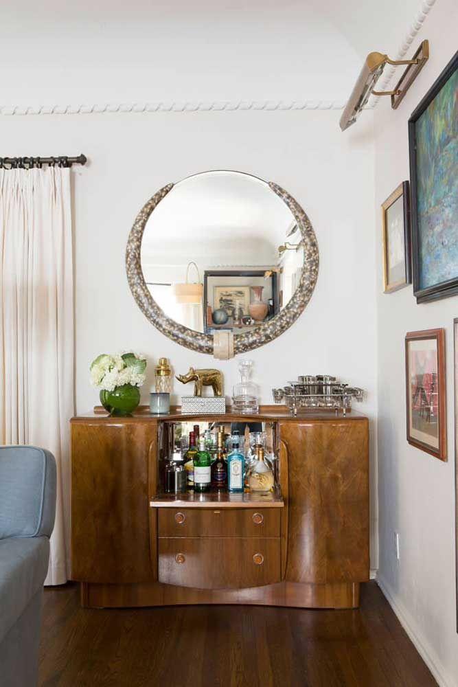 Que tal usar o aparador como armário para guardar as bebidas? O espelho acaba se tornando apenas um objeto decorativo para o ambiente.