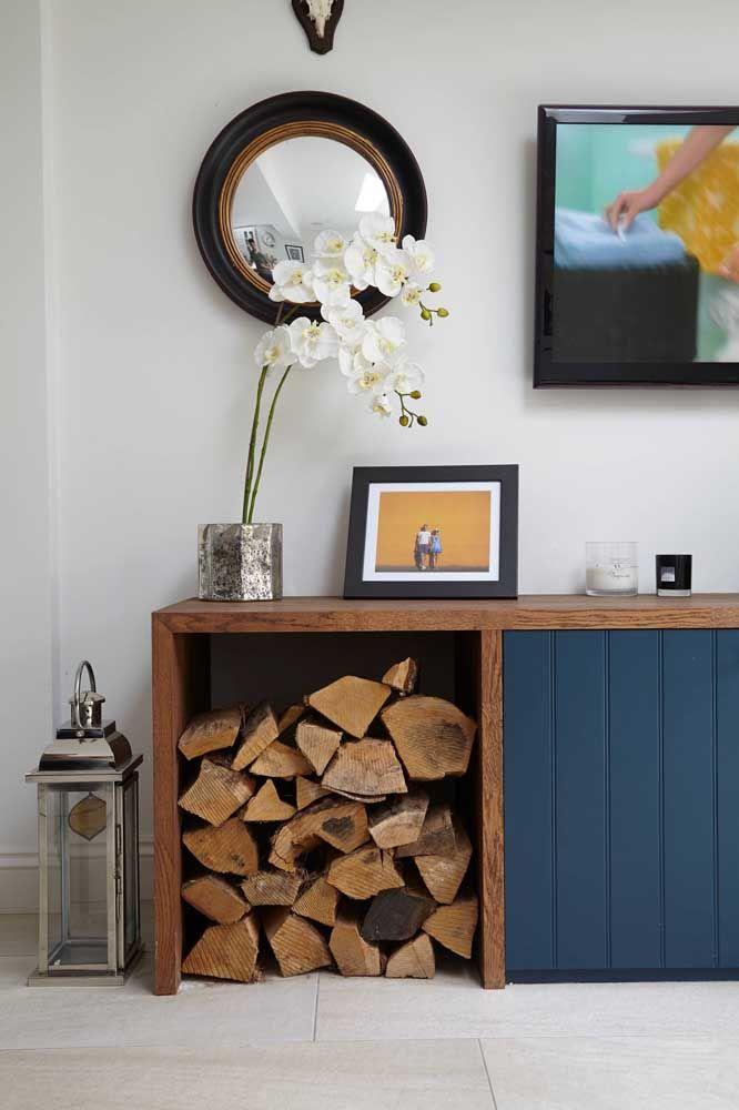 Uma parte do aparador pode servir para colocar os pedaços de madeira para colocar na lareira da casa.