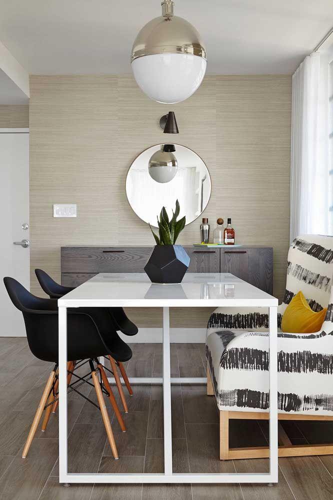 A cor do aparador combina perfeitamente com toda decoração do ambiente. Na hora de escolher o espelho, pode optar pelo modelo redondo.