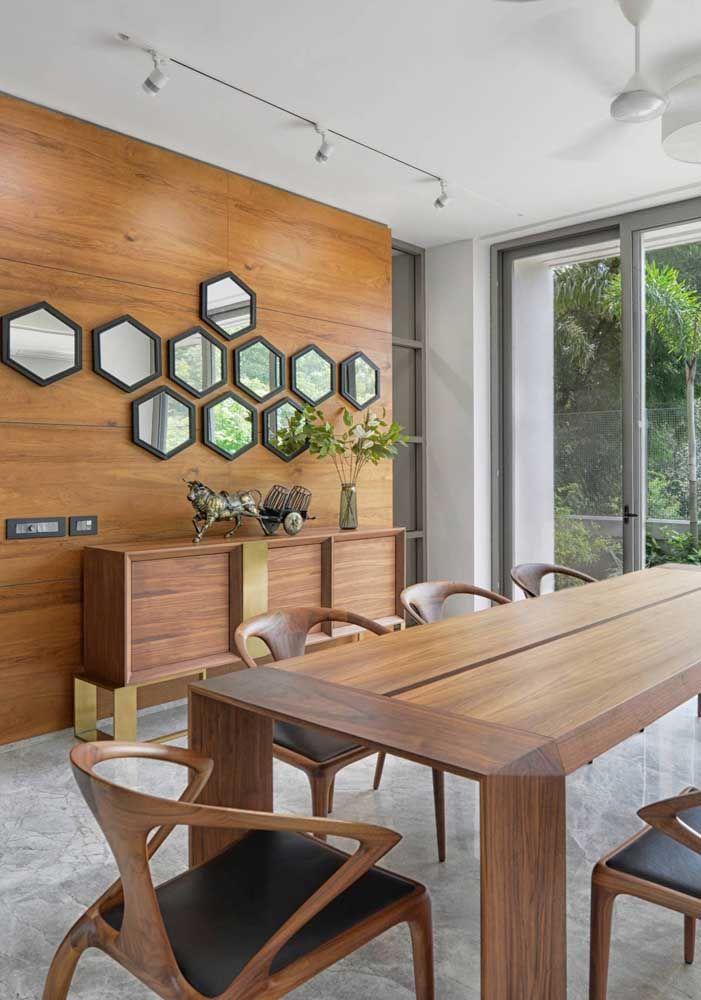 Para uma decoração com móveis feitos de madeira, o aparador precisa seguir a mesma linha. Para diferenciar a decoração, use vários espelhos de tamanho pequeno e no mesmo formato.