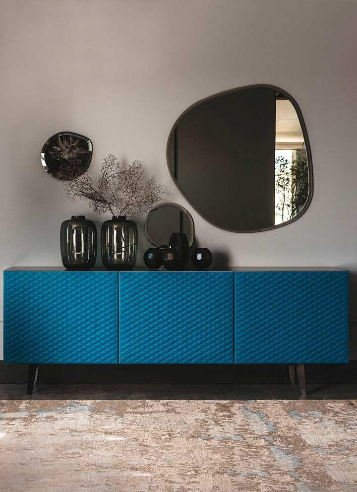 Que tal usar um aparador com cor forte como esse azul?