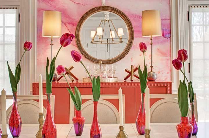 Pinte a parede com cores vivas e escolha os móveis no mesmo tom.
