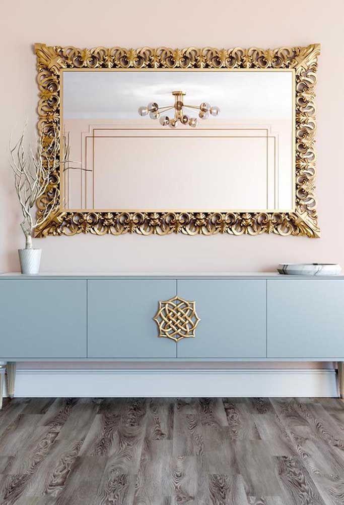 Agora se você prefere algo mais luxuoso, capriche nos detalhes e na moldura do espelho em dourado.