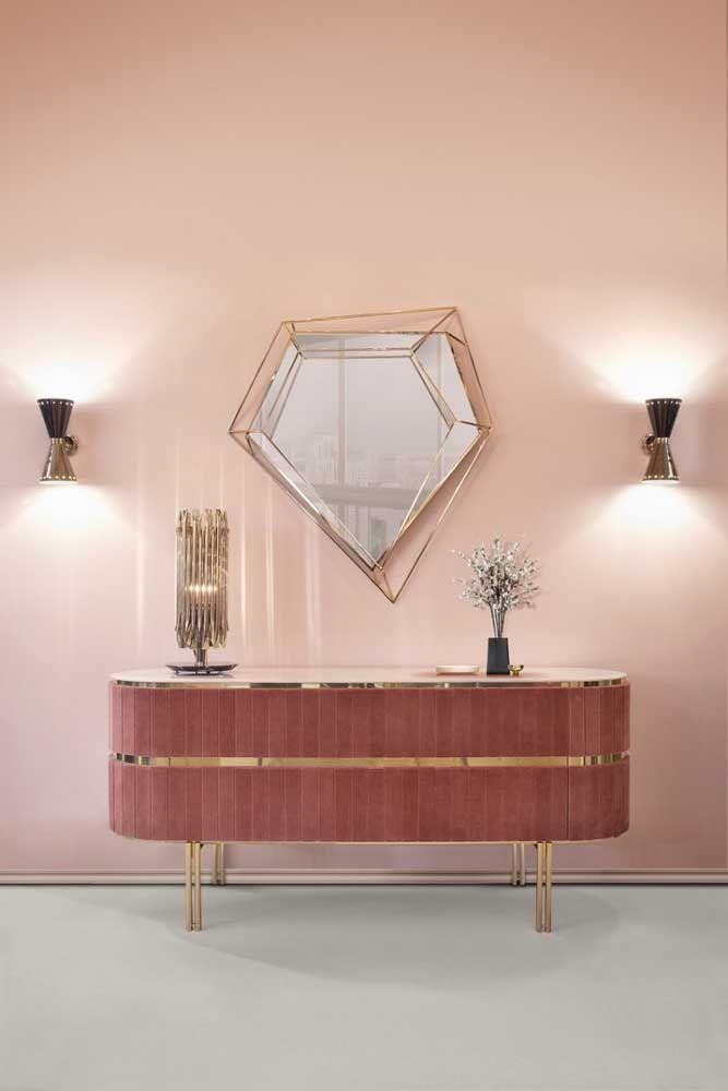 Além do modelo de aparador diferenciado, o design do espelho é o grande destaque dessa decoração.
