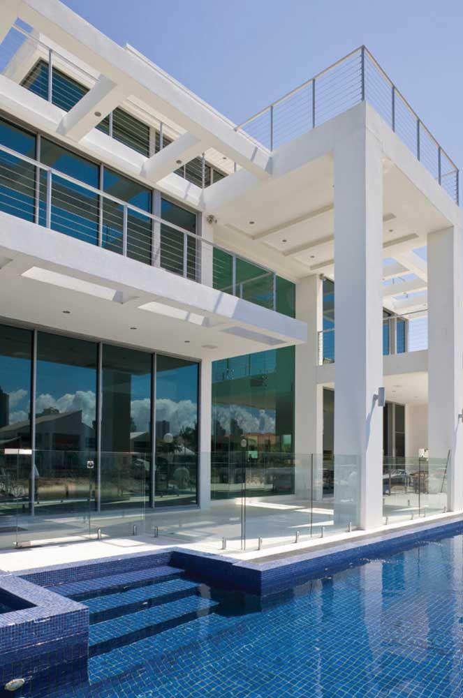 Muro de vidro à beira da piscina