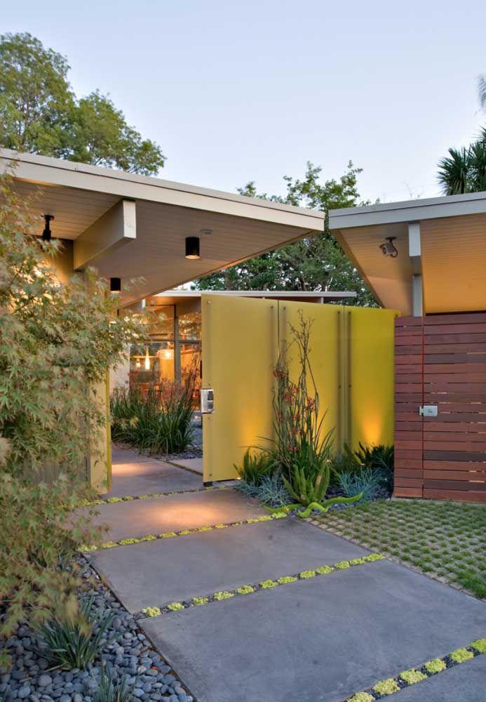 O vidro amarelo garante a modernidade e leveza do material sem perder de vista a necessidade de privacidade dos moradores