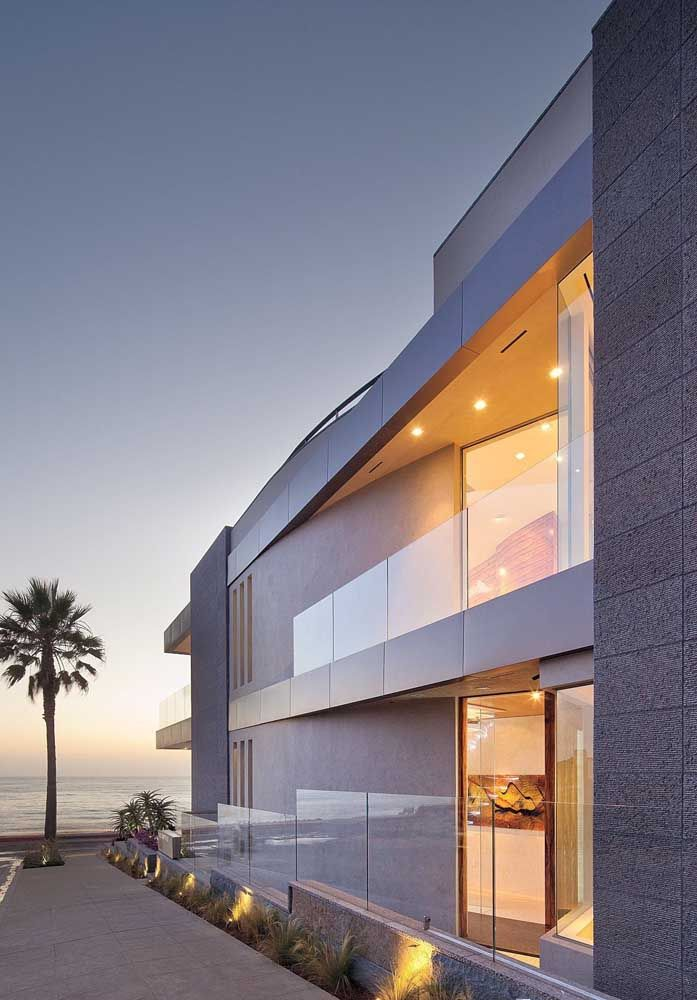 A casa de praia fica mais bonita com o muro de vidro
