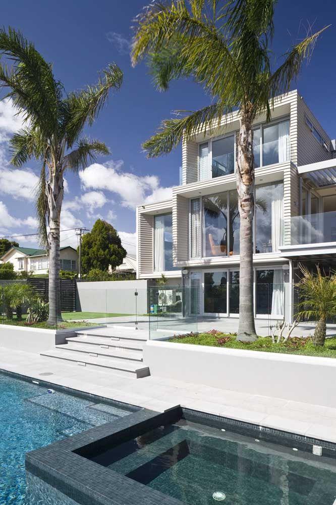 Fachada branca e muro de vidro: uma combinação naturalmente leve e clean