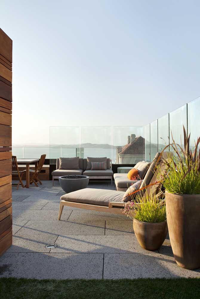 O vidro não impede a contemplação da paisagem que vem de fora, pelo contrário, a insere na fachada