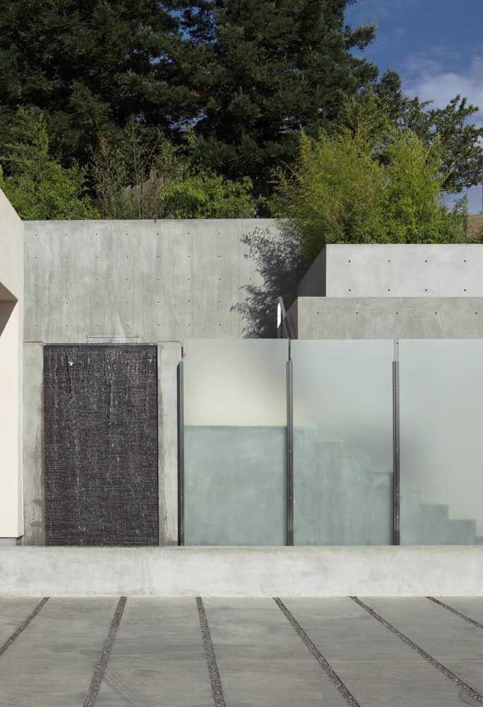 O concreto aparente e o muro de vidro jateado formam uma dupla pra lá de harmoniosa