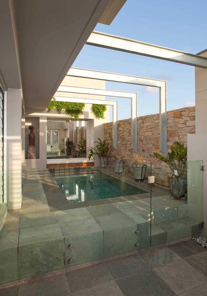 O acesso a piscina é limitado pela mureta de vidro com portãozinho