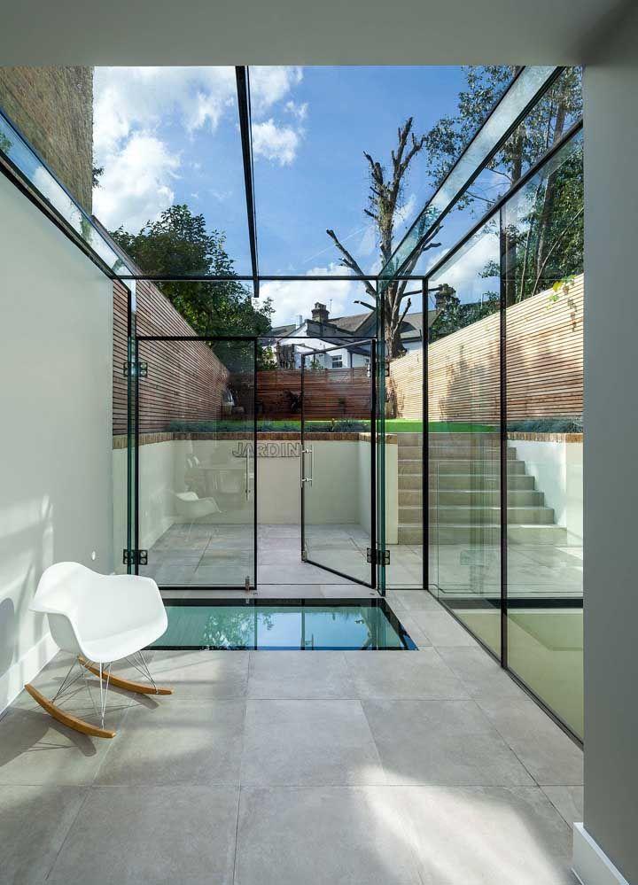 A moldura preta em torno do vidro acentua ainda mais o estilo moderno do muro