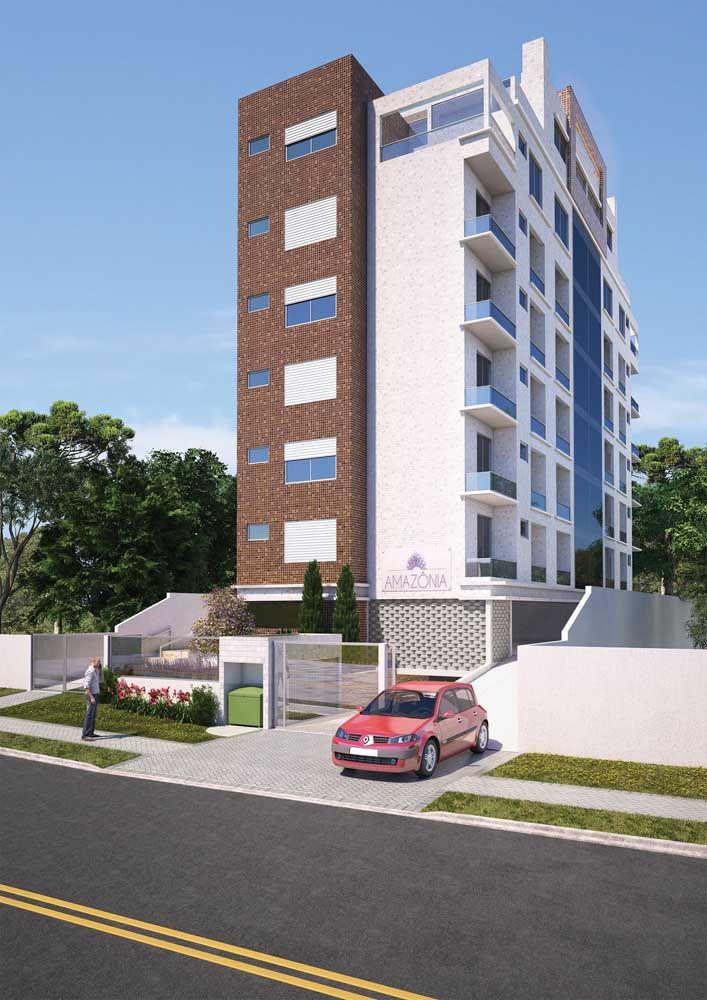 O muro de vidro dá o toque de elegância e modernidade a fachada do prédio residencial