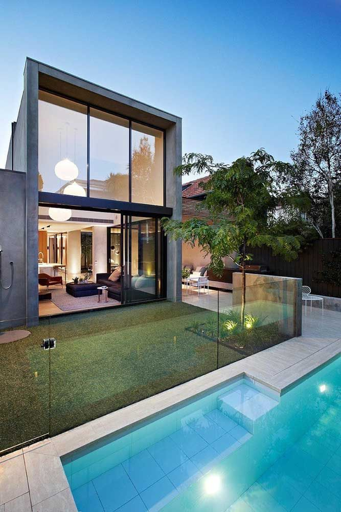 O vidro marca presença tanto na parte interna, quanto externa dessa casa